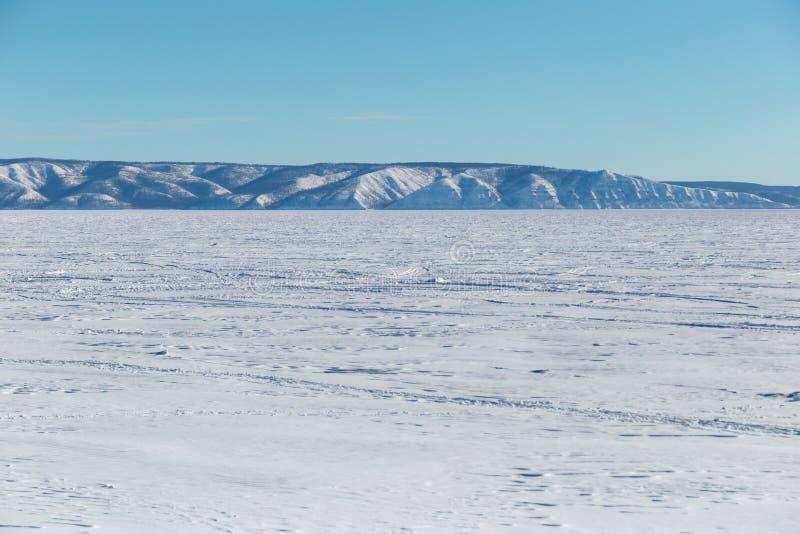 E Замороженное озеро на ясный зимний день Замороженное озеро с горами стоковое фото
