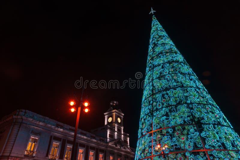 E Здание муниципалитет и известные clo Puerta del Sol стоковые фото