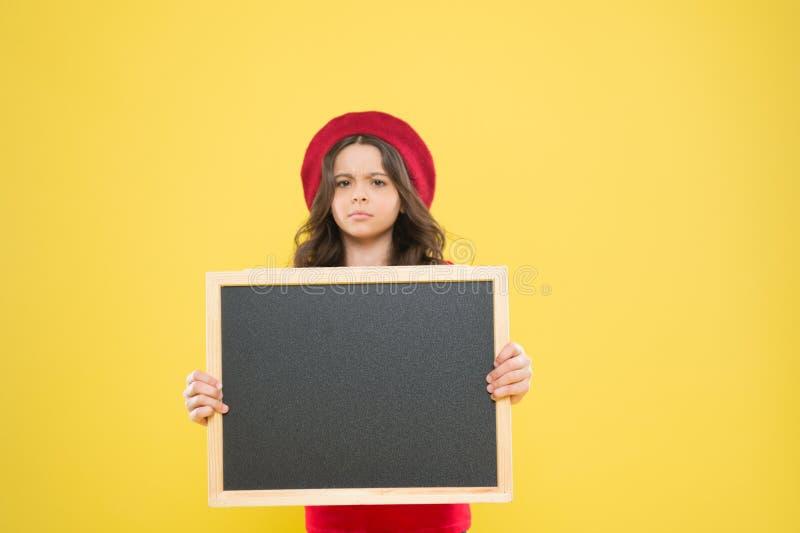 E Интересная информация серьезная девушка во французском берете доска информации Новости моды небольшой ребенк девушки с стоковое фото rf