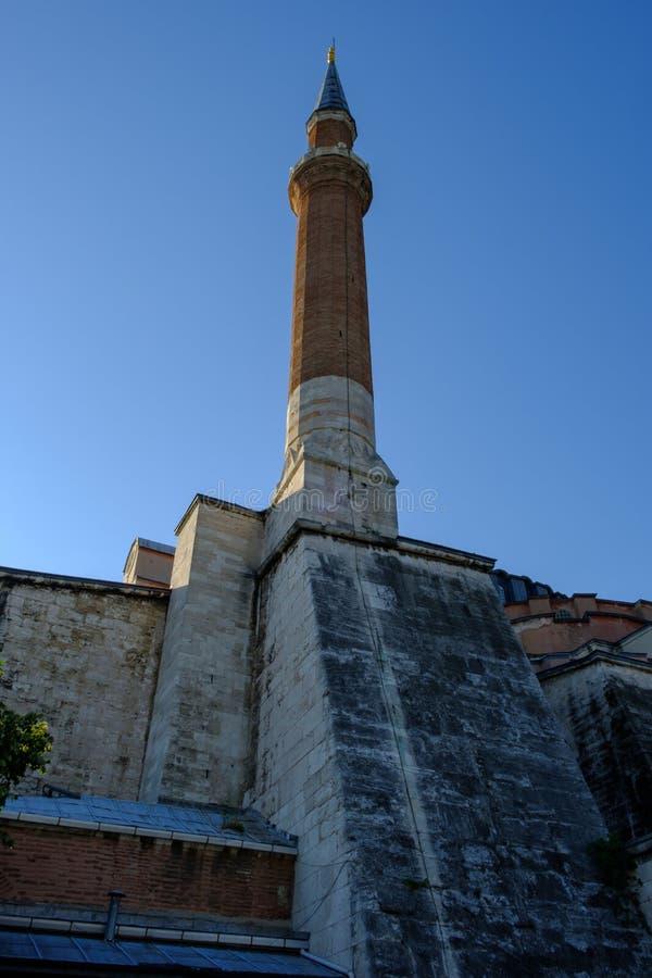 E Квадрат Sultanahmet, взгляд конца-вверх минарета Hagia Sophia стоковая фотография