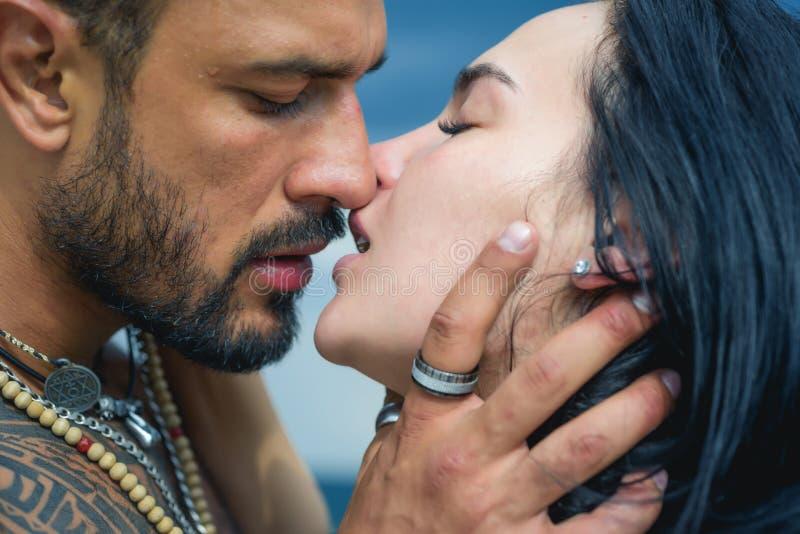 E Красивый молодой обнимать пар o Пара обнимает Пары любов страсти o стоковое фото rf