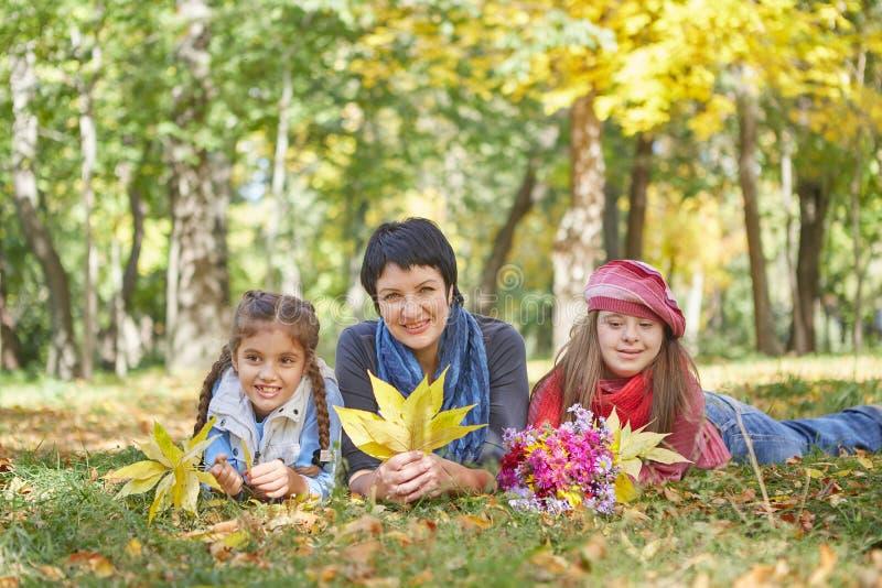 E Любя мать и дочь 2 стоковые изображения
