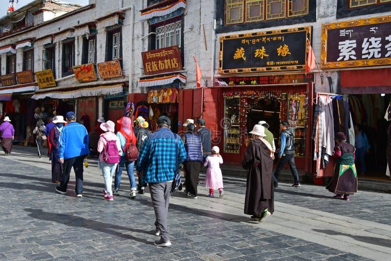 E Люди идя вдоль старой улицы Bakuo w улицы Barkhor в летнем дне в пасмурном мы стоковые изображения rf