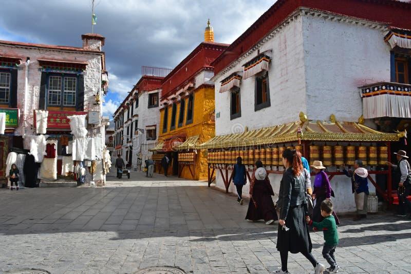 E Люди идя около старого монастыря на улице Bakuo w улицы Barkor стоковое изображение