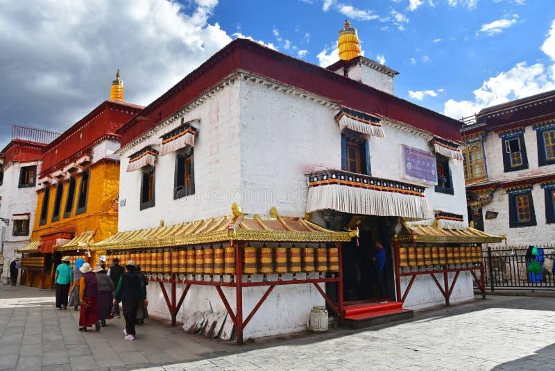E Люди идя около старого монастыря на улице Bakuo w улицы Barkor стоковая фотография rf