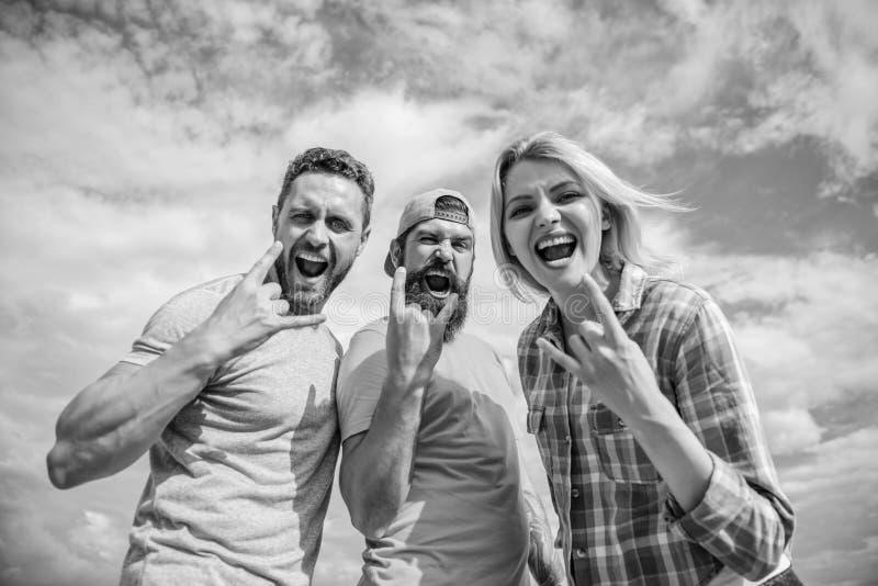 e Люди и девушка наслаждаются музыкальным фестивалем Каникулы и хобби Посещение известное стоковые фото