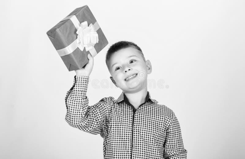 E Мальчик дня рождения Подарки покупки Подарочная коробка владением мальчика ребенка Рождество или подарок на день рождения Покуп стоковое фото