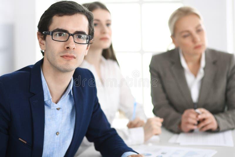 E Менеджеры на переговорах или бредовой мысли стоковые фотографии rf