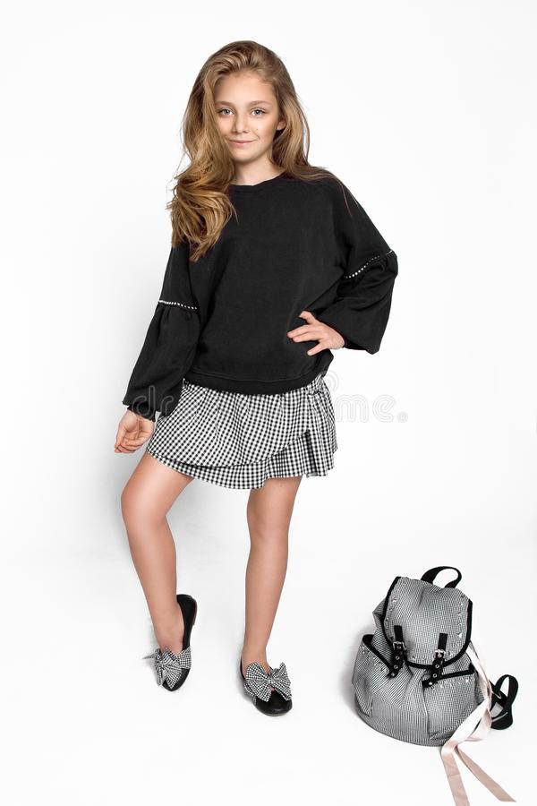 E Милая девушка ребенка с рюкзаком бежать и идя обучить с потехой - изображением стоковое фото
