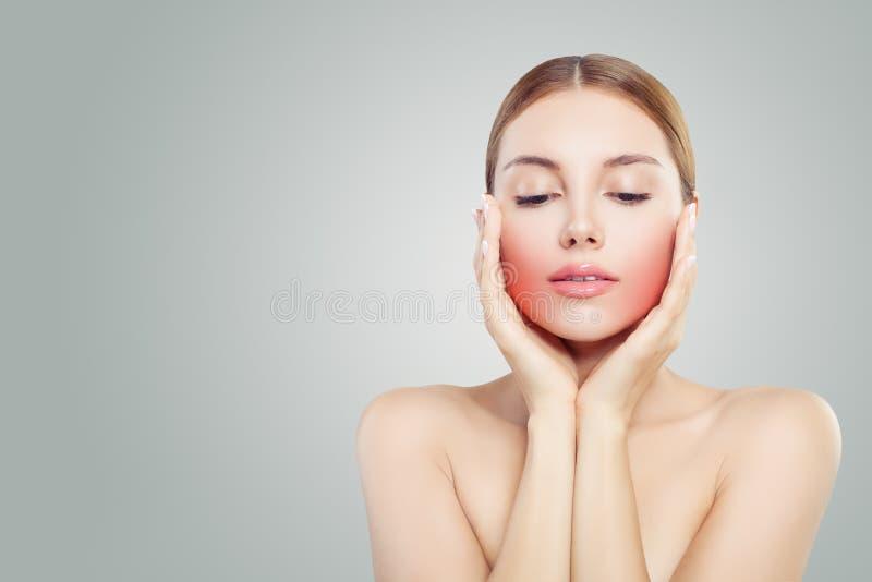 E Милая женщина держа ее сторону в ее руках Несчастная женщина с toothache стоковые изображения rf