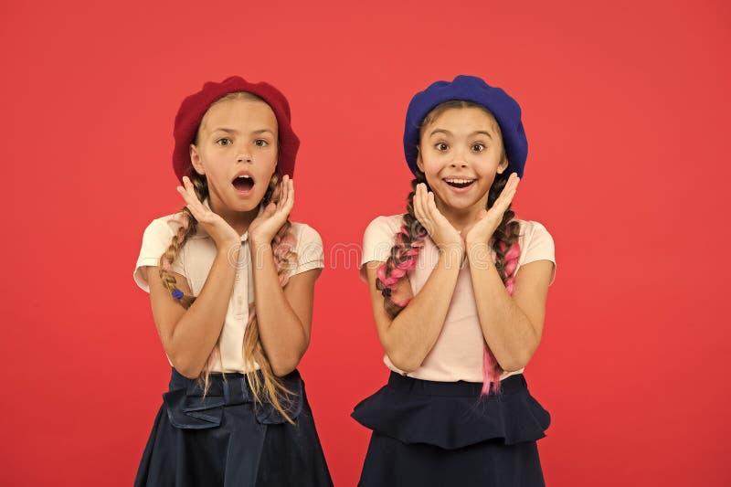 E Милые девушки имея такой же стиль причесок Небольшие дети с длинными косичками волос Девушки моды со связанный стоковые фото
