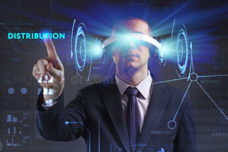 E Молодой бизнесмен работая в стеклах виртуальной реальности видит надпись: стоковое фото rf