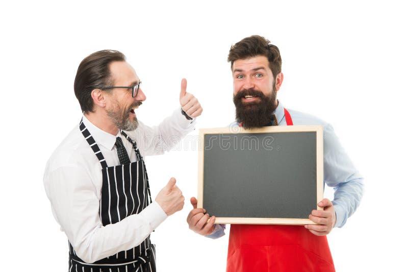 E Нанимая штат ресторана Сообщать людей бородатый Бармен людей бородатый в доске пробела владением рисбермы baseplate стоковое изображение rf