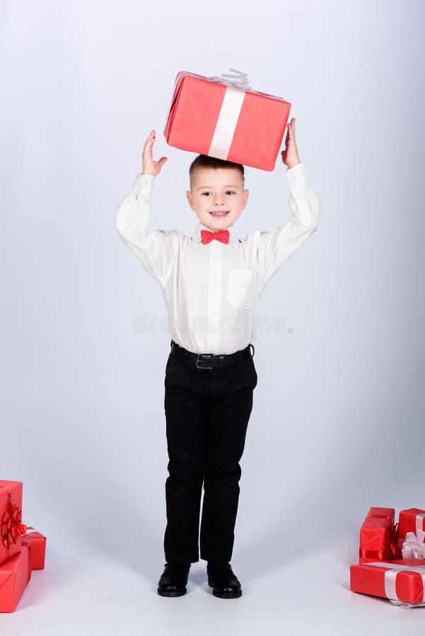 E Небольшая подарочная коробка владением мальчика Рождество или подарок на день рождения Мечты приходят истинный Подарки покупки  стоковые фото