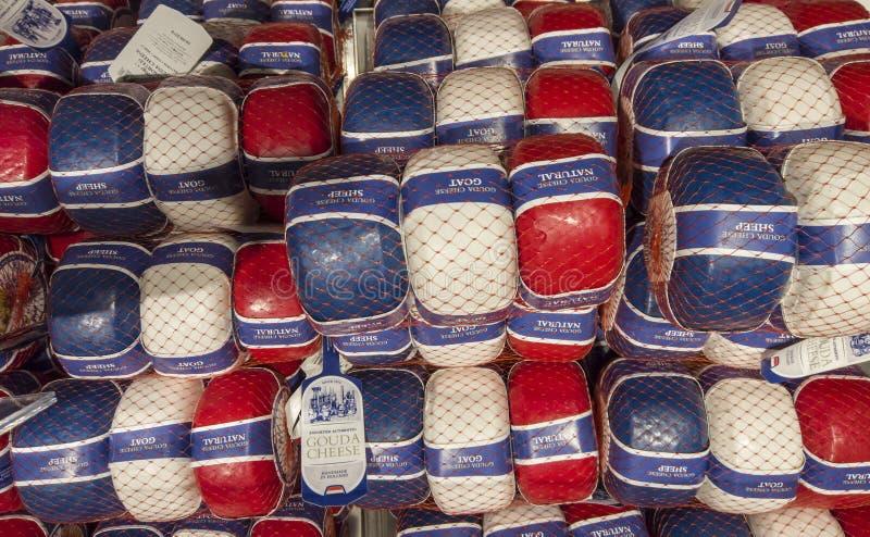 E Окно магазина продовольственного магазина с традиционными голландскими сырами Красная, белая, и голубая пластиковая упаковка стоковое изображение rf