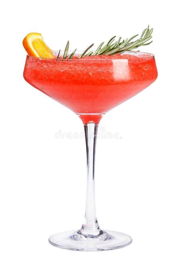 E Освежающий напиток при пульпа красных ягод, украшенная с розмариновым маслом и оранжевым куском стоковая фотография