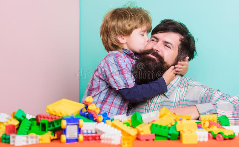 E Отец и сын имеют потеху с кирпичами Развитие и воспитание ребенка Бородатая игра хипстера и мальчика стоковые фото