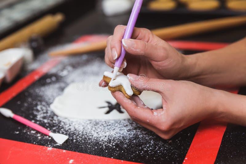 E Подарок рождества, домодельный пряник стоковая фотография