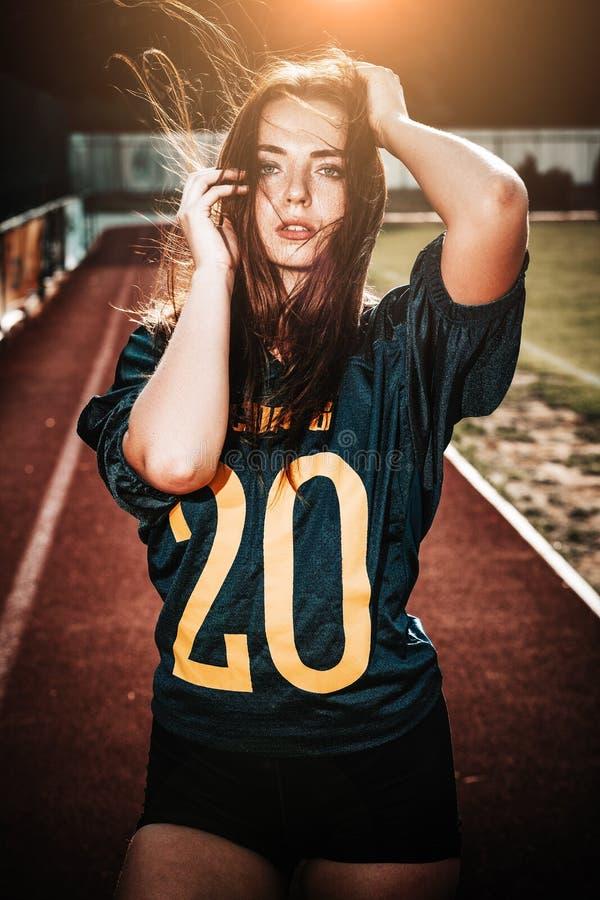 E Пребывание игрока женщины американского футбола дальше стоковое фото
