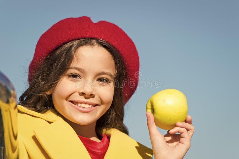 E Прогулка промежутка времени закуски Здоровье и питание детей Здоровые snacking преимущества Закуска между обедом и обедающим стоковое фото