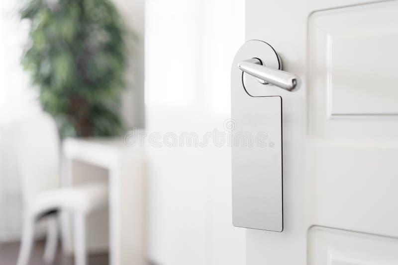 E Пустой белый вид модель-макета рогульки на ручке двери Дизайн листовки стоковая фотография