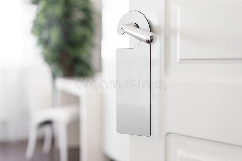 E Пустой белый вид модель-макета рогульки на ручке двери Дизайн листовки стоковая фотография rf