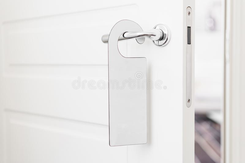 E Пустой белый вид модель-макета рогульки на ручке двери Дизайн листовки стоковые изображения