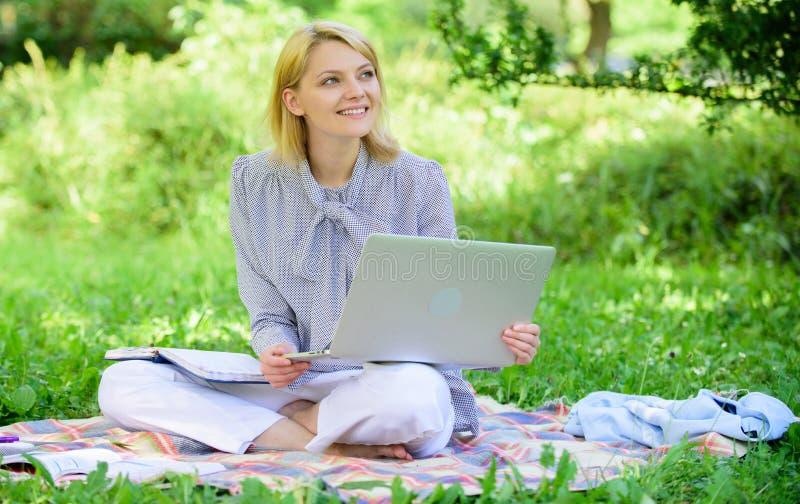 E Работа дамы дела независимая outdoors r Женщина с ноутбуком стоковые фотографии rf