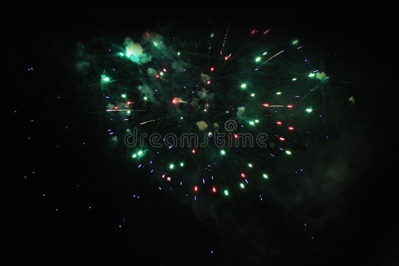 E Салют Предпосылка неба фантастическая тайна ярких красных, зеленых и голубых сверкная светов в ночном небе во время стоковые изображения rf