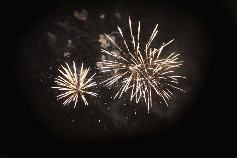 E Салют Тайна предпосылки неба изумляя ярких желтых сверкная светов в ночном небе во время праздника нового стоковая фотография rf