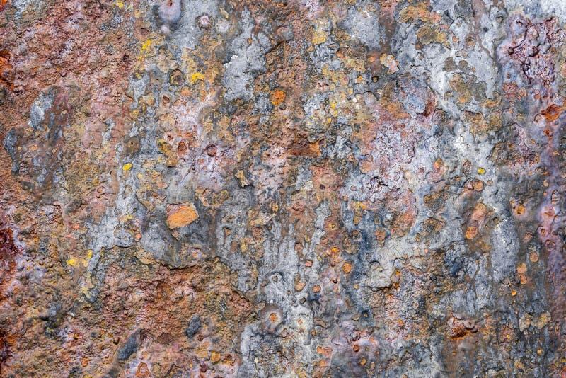 E Старая затрапезная ржавая стена металла Затрапезная, треснутая винтажная краска r стоковая фотография