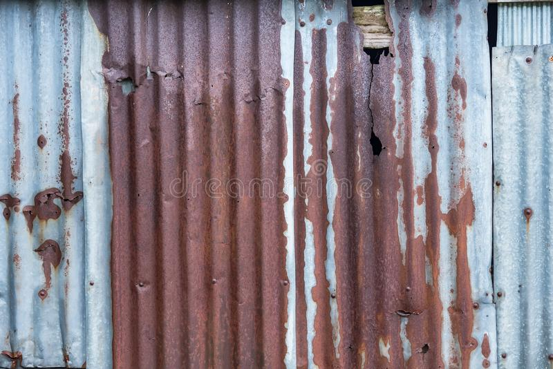 E Старый ржавый гальванизировать, предпосылка текстуры года сбора винограда волнистого железа вставая на сторону, ржавая рифленая стоковые фото