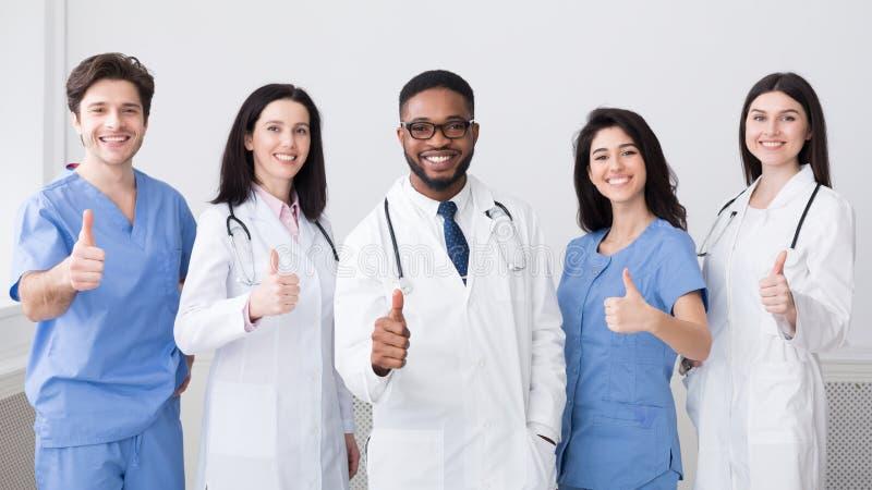 E Счастливые доктора Showing Большой палец руки Вверх стоковое изображение