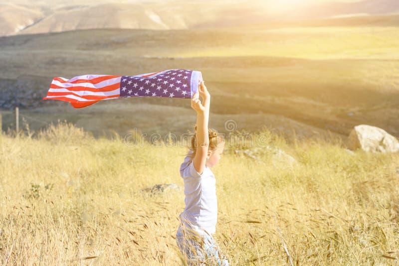 E Счастливый ребенк, милая девушка маленького ребенка с американским флагом Национальный 4-ое июля : стоковое фото