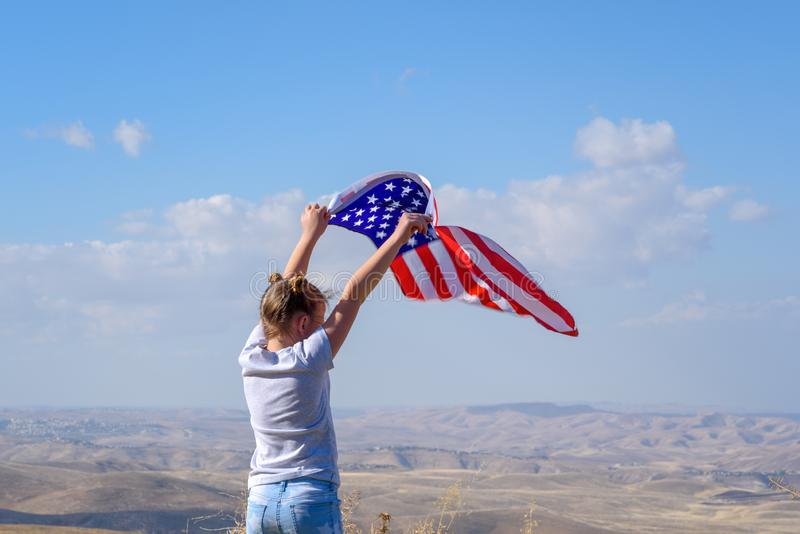 E Счастливый ребенк, милая девушка маленького ребенка с американским флагом США празднуют 4-ое -го июль стоковое изображение rf