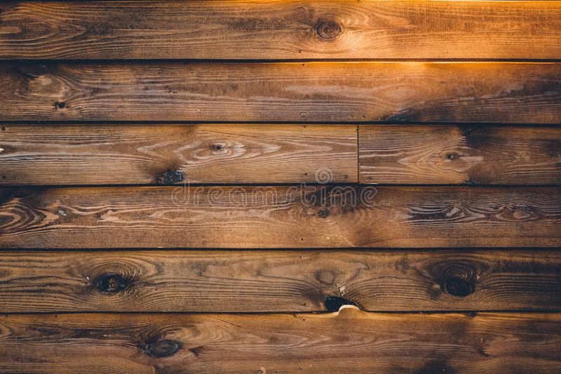 E Текстура Брауна деревянная на striped горизонтальном Винтажная поверхность стены, картина Темная выдержанная твердая древесина, стоковая фотография