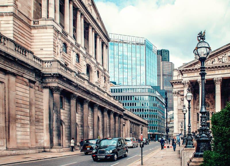 E Традиционное черное такси Королевской биржей и Государственным банком Англии стоковое фото