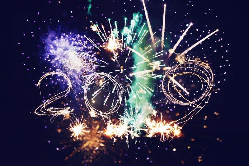 E Фейерверки объезжают нерезкость Красочный в торжестве Новый Год 2019 предпосылки праздничный стоковое изображение rf