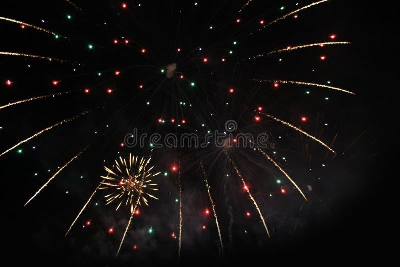 E Фейерверк Небесная предпосылка Изумительный фестон мерцая сверкная светов в ночном небе во время Нового Года и стоковые изображения