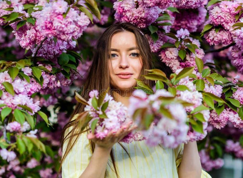 E цветене цветка женщины весной естественная красота лета skincare и спа Естественные косметики для стоковые изображения