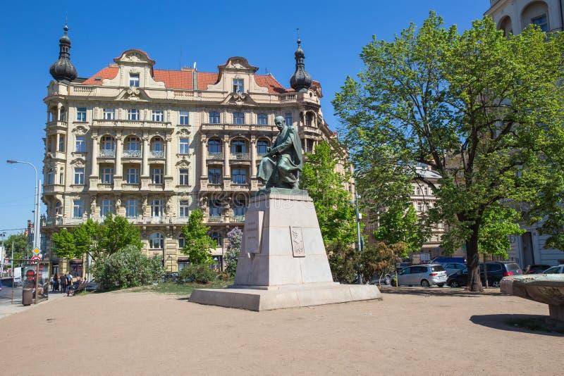 E 一座老纪念碑在市中心,游人沿房子去 r 26 ?? 库存照片