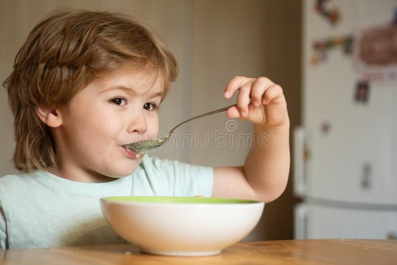 : E E 一点婴孩吃着 食用的小男孩早餐  免版税图库摄影