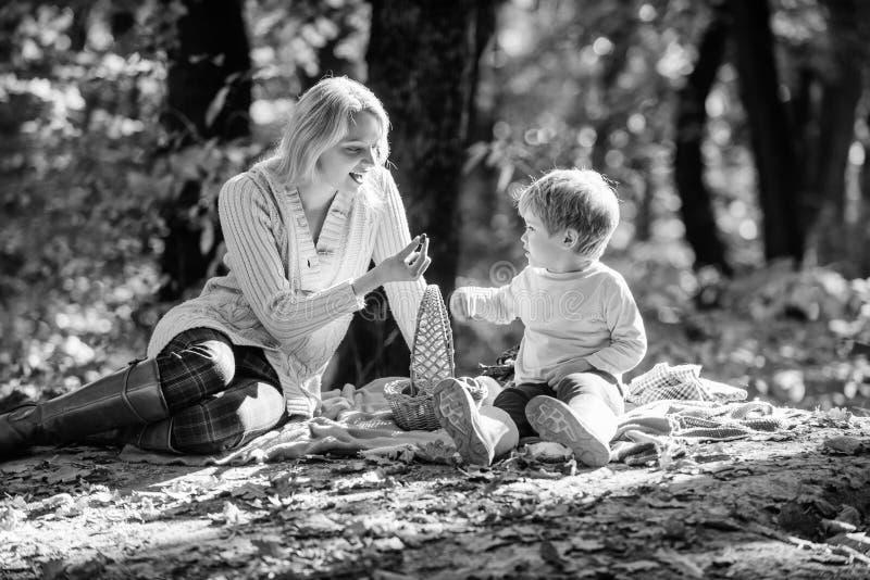 E 一起探索自然 放松妈妈和孩子的男孩,当远足在森林家庭时 免版税库存图片