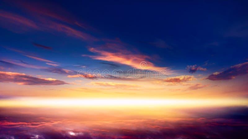 E 与太阳的美好的天堂般的风景在云彩 库存图片