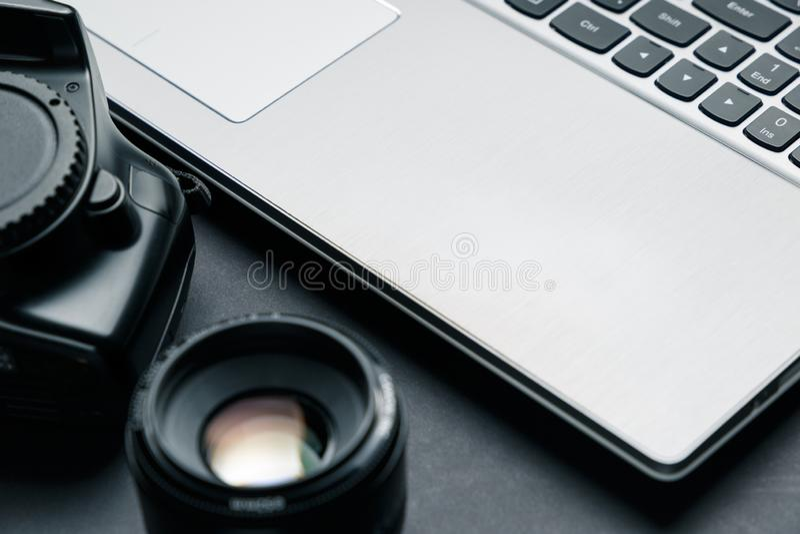 E 与膝上型计算机、照相机和透镜的最小的工作区 库存图片