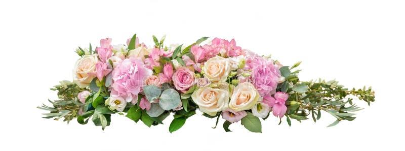 E 从分支的花束玉树,八仙花属,德国锥脚形酒杯,在一白色被隔绝的backgr的柔和的玫瑰 免版税库存图片