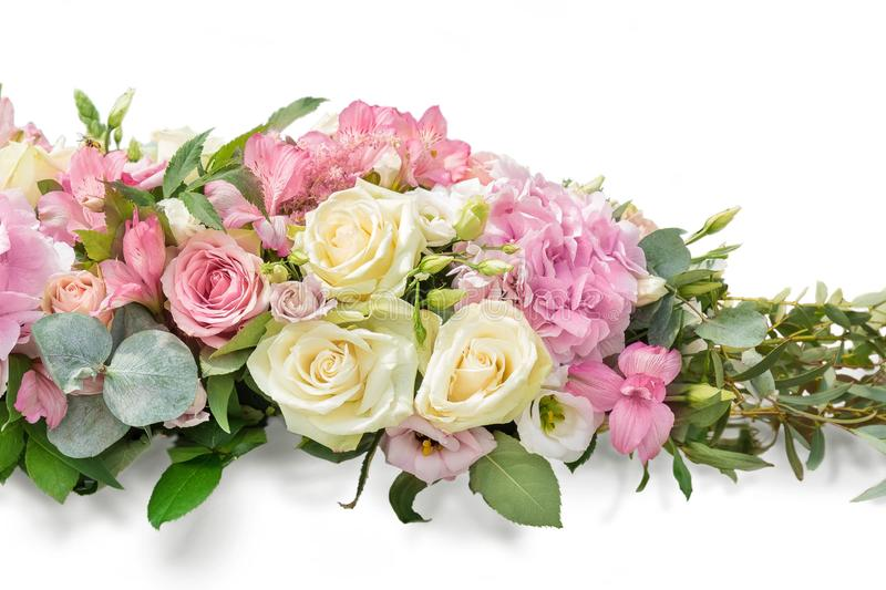 E 从分支的花束玉树,八仙花属,德国锥脚形酒杯,在白色孤立的柔和的玫瑰 库存图片