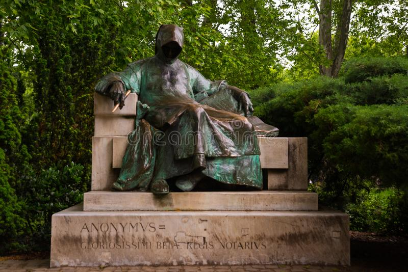 E 位于城市公园的雕象匿名在Vajdahunyad城堡庭院里  免版税图库摄影