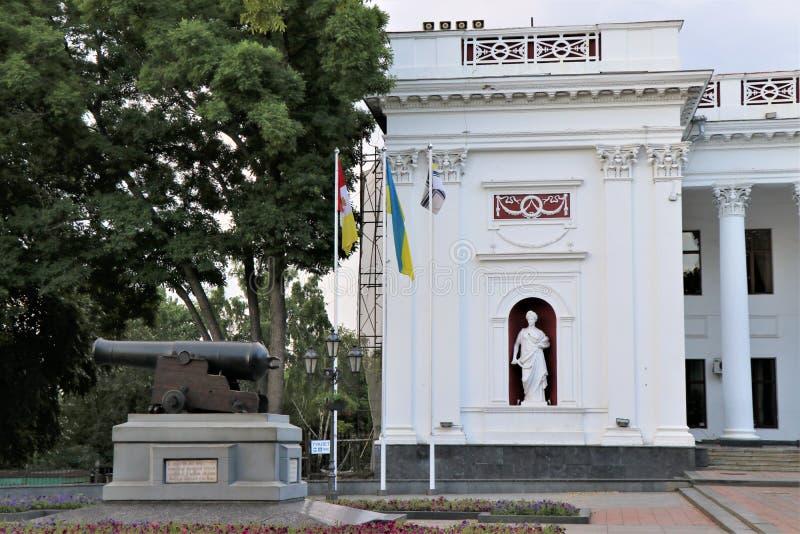 E 傲德萨市政厅的外在看法,有乌克兰旗子、雕象和所有他的细节的 图库摄影