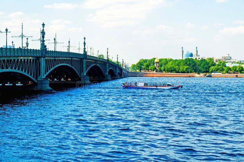 E 内娃河和三位一体桥梁的水地区在圣彼德堡,俄罗斯 库存图片